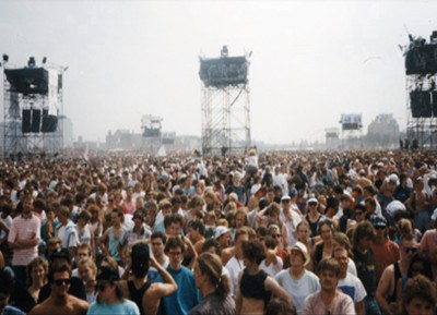 1990- Flashlight system used for Roger Waters at The Wall, Berlin (350,000 people) and subsequently on Pink Floyd and Dire Straits world tours